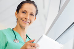Nurse with computer tablet Royalty Free Stock Photos