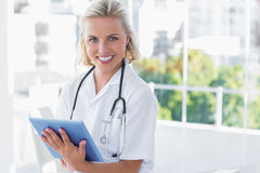 Nurse holding a tablet computer Royalty Free Stock Photos