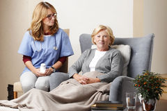 Nurse and senior patient at home Royalty Free Stock Photography