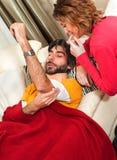 nursetending jej zdradzony mężczyzna Obraz Stock