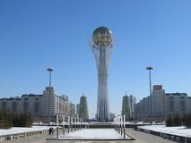 Nursultan, КАЗАХСТАН - 19-ое марта 2011: Взгляд известной башни Baiterek на бульваре Nurzhol в центре Nursultan Астаны стоковые изображения