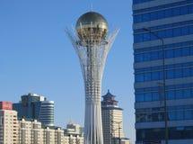 Nursultan, KAZAJISTÁN - 19 de marzo de 2011: Vista de la torre famosa de Baiterek fotos de archivo