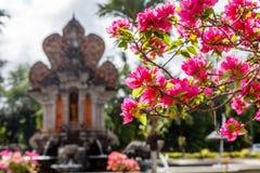 Nusa Dua teren z budynkami i fontannami w tradycyjnym balijczyka stylu, Bali, Indonezja obraz royalty free