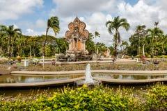 Nusa Dua teren z budynkami i fontannami w tradycyjnym balijczyka stylu, Bali, Indonezja obrazy royalty free