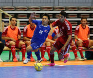 NUSAYA Piyanat #14 und ELIAS Kamel vom Libanon kämpfen für den Ball während Lizenzfreie Stockfotos