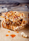 Nuss-, Ahornsirup- und Honigkarameltörtchen Stockbild
