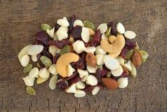 Nussartige Nüsse und Fruchtspur mischen auf einem Brett Stockfoto