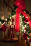 Nussknacker durch Christmasgirlande Lizenzfreie Stockbilder