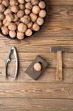 Nussknacker und ein Hammer und Nüsse Stockfotos