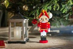 Nussknacker unter dem Weihnachtsbaum Stockfotografie