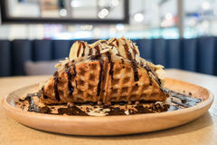 Nutella吹冷甜点香蕉用在盘子的巧克力 免版税库存图片