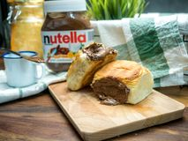 Nutella, сливк сладкого шоколада в ноже и хлебе заполненных с стоковое изображение rf