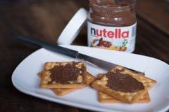 Nutella chokladspridning på trätabellen royaltyfri bild