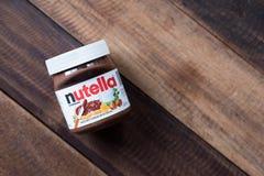 Nutellachocolade op houten lijst wordt uitgespreid die royalty-vrije stock foto