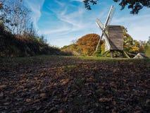 NUTLEY ÖSTLIG SUSSEX/UK - OKTOBER 31: Sikt av den Nutley väderkvarnen in royaltyfri foto
