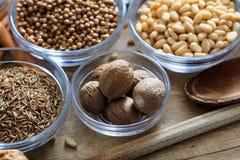 nutmeg andra kryddor royaltyfri fotografi