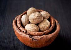 Nutmeg i en tappningbunke fotografering för bildbyråer