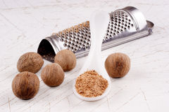 Nutmeg powder and whole nutmeg nuts Royalty Free Stock Photos