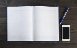 Nutowa książka i mądrze telefon na drewnianym tle Obrazy Stock