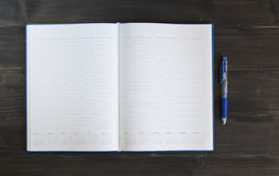 Nutowa książka z piórem na drewnianym tle Obraz Royalty Free