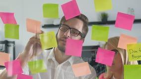 Nutowego papieru przypomnienia rozkładu deska Ludzie biznesu spotyka i use poczta ono zauważa dzielić pomysł 20s 4k zbiory wideo