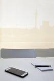 Nutowy ochraniacz, pióro i telefon komórkowy na biurowym biurku, Obraz Stock