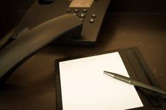 Nutowy papier i pióro na biurku Zdjęcia Royalty Free