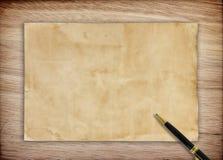 nutowy papier i pióro na drewnianym tle Zdjęcie Royalty Free