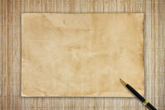 nutowy papier i pióro na drewnianym tle Fotografia Royalty Free