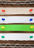 Nutowy papier i pushpin na drewnie Zdjęcie Stock