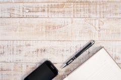 Nutowy papier, smartphone i pióro na drewno stole dla twój pracy Obraz Royalty Free