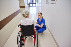Nutra com a mulher superior na cadeira de rodas no hospital Fotografia de Stock Royalty Free