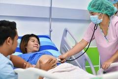 Nutra a mulher gravida de exame com o estetoscópio na divisão de maternidade Foto de Stock Royalty Free