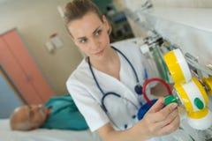 Nutra o ajuste da sala paciente do ` s do equipamento dentro - fotos de stock
