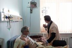 Menino e paciente da enfermeira imagens de stock