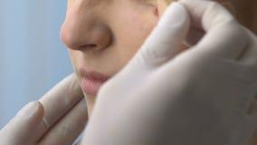 Nutra a tomada do emplastro fora da cara paciente, scar a prevenção, cura sem fôlego vídeos de arquivo