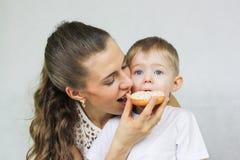 nutrição apropriada para a criança mom imagem de stock royalty free