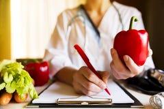 Nutrição da dieta e conceito vegetais da medicamentação Nutricionista de Fotos de Stock