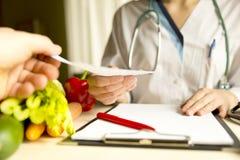 Nutrição da dieta e conceito vegetais da medicamentação Nutricionista de foto de stock