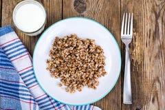Nutrição dietética Papa de aveia do trigo mourisco com leite imagens de stock royalty free
