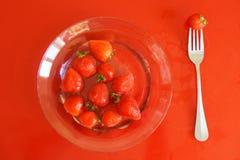 Nutrición apropiada Placa transparente con agua y las fresas imagenes de archivo