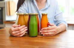 Nutrición de la dieta con el jugo del Detox Mujer sana que presenta con fresco fotos de archivo