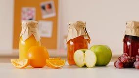 Nutrición equilibrada del jugo orgánico hecho en casa metrajes