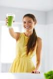 Nutrición Mujer de consumición sana Jugo del Detox Forma de vida, Vegetar foto de archivo libre de regalías