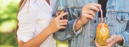 Nutrición sana Amigos que beben té del detox fotos de archivo