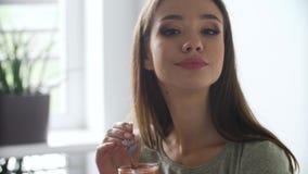 Nutrición sana Cóctel de consumición de los smoothies del detox de la mujer almacen de video