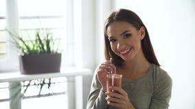 Nutrición sana Cóctel de consumición de los smoothies del detox de la mujer metrajes