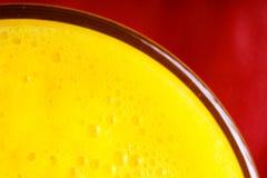 Nutrición sana de la dieta Primer del zumo de fruta amarillo fresco en vidrio Imagen de archivo libre de regalías