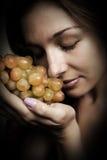 Nutrición sana - mujer con las uvas frescas fotografía de archivo libre de regalías