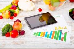 Nutrición sana y tableta Fotografía de archivo libre de regalías
